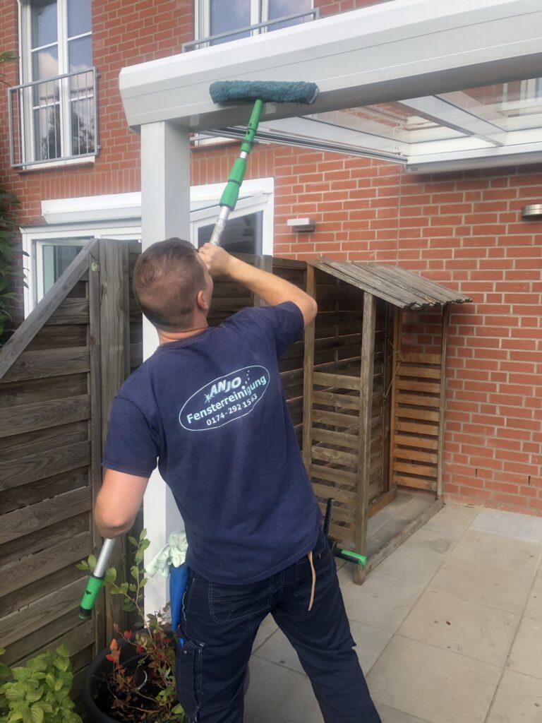 Unser Team bei der Reinigung einer Terrassenüberdachung